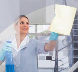 Mitarbeiterin bei der Glasreinigung.